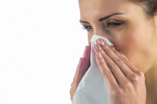 primer-plano-mujer-enferma-panuelo-boca_13339-266395