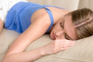 joven-mujer-dormida-privada-acostada-dormida-sofa-cerca_1163-3876