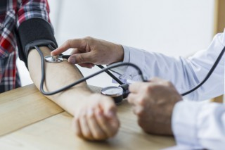 doctor-cosecha-que-mide-presion-arterial-paciente_23-2147896723