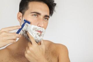 modelo-masculino-afeitandose-barba_23-2147638139