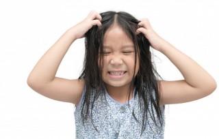 nina-picando-su-cabello-sobre-fondo-blanco-aislado-concepto-cuidado-salud_34435-1148