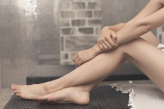 primer-plano-pies-mujer-relajante-sillon-balneario_23-2147867926