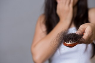 concepto-saludable-mujer-muestra-su-pincel-cabello-larga-perdida_53476-3277