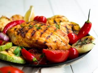 pechuga-pollo-parrilla-verduras_23-2148189836