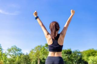 feliz-joven-mujer-asiatica-levantando-sus-brazos-alegremente-despues-completar-su-rutina-ejercicios-parque-al-aire-libre-dia-soleado_41451-848